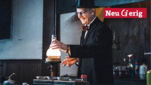 Dr. Herbert Lepper beim Experimentieren im historischen Auditorium